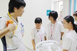 地元学生の病院見学の様子